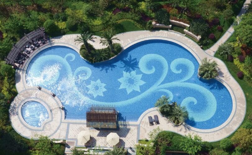 Hồ bơi được trang trí bằng gạch mosaic thiết kế riêng biệt